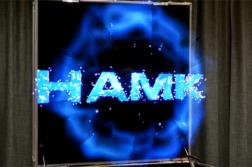 Sininen hologrammilogo ilmassa