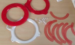 Prototyypin tulostettuja punaisia ja valkoisia kaarevia osia