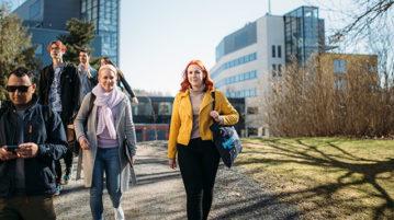 Opiskelijat kävelemässä kohti