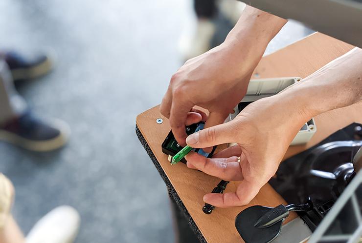 Kävijälaskurin piirilevyä kiinnitetään laskuriin.