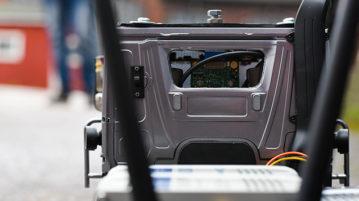 Pienoismallin takaikkunasta näkymä ohjaamoon upotettuun piirilevyyn.
