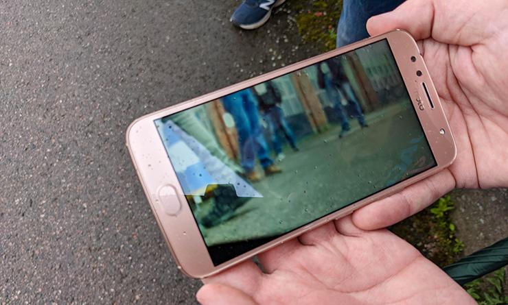Kännykkäruutu näyttää videokuvaa.