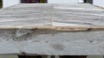 Lähikuva terassipöydän pinnasta