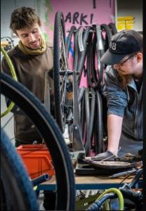 Kuvassa pyörämekaanikot Hämeenlinnan seudun 4H:n pyöräpajalla