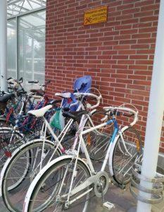 Kaksi vanhanmallista maantiepyörää Hämeenlinnan rautatieasemalla