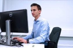 Genrikh Ekkerman tietokoneen ääressä