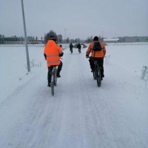 Kaksi pyöräilijää takaapäin kuvattuna