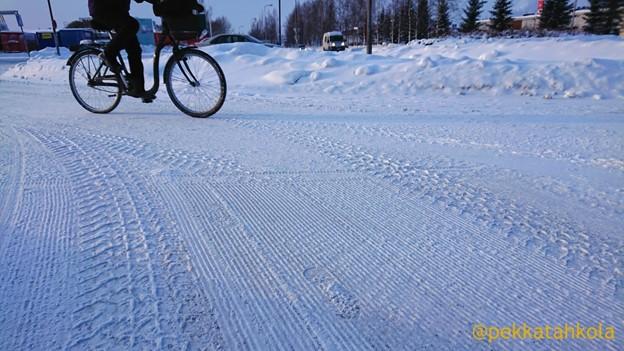 Lumesta aurattu pyörätie