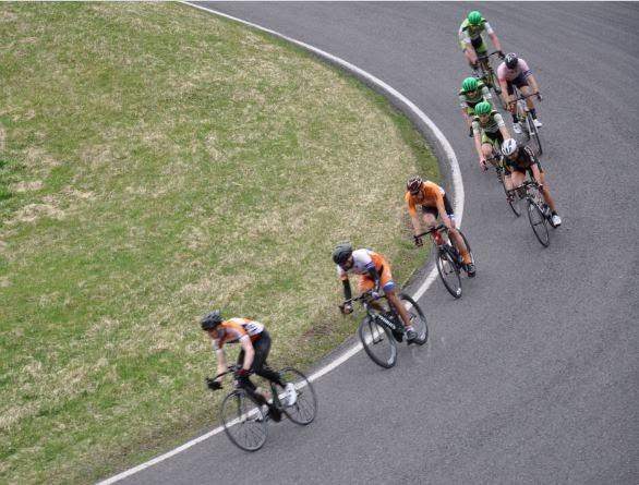 Pyöräilijöitä kilparadalla
