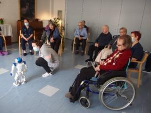 Vanhuksia robottiin tutustumassa