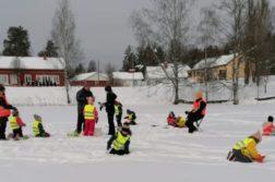 Päiväkotilapsia lumileikeissä