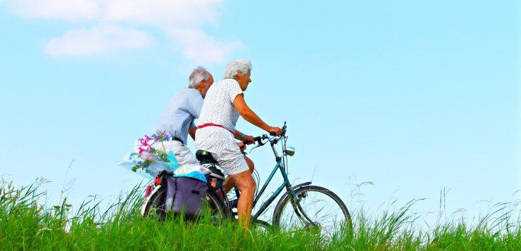 Kaksi senioria pyöräilemässä
