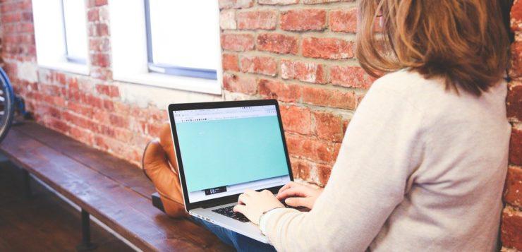 Tyttö kannettav tietokone sylissä