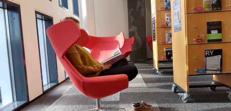 lukemassa kirjastossa