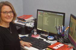 Ilona Karilainen tietokoneen ääressä