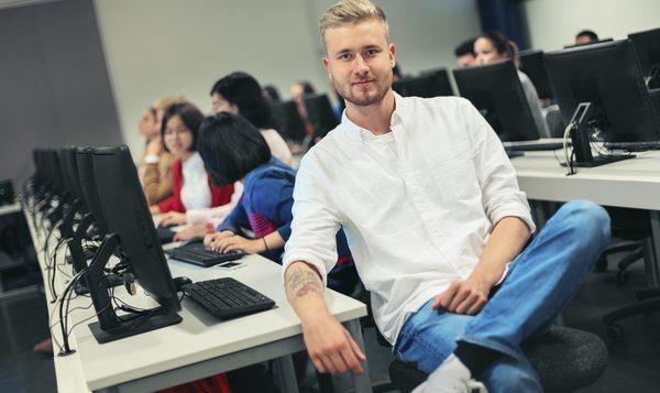 poika tietokoneluokassa