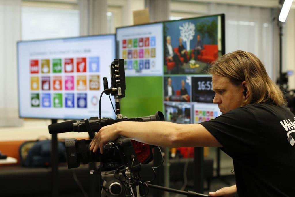 Videokamera ja kuvaaja studiossa