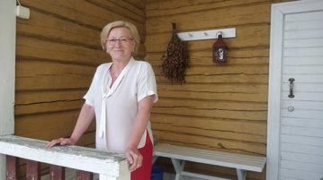 Ulla Rauhala vanhan saunan terassilla