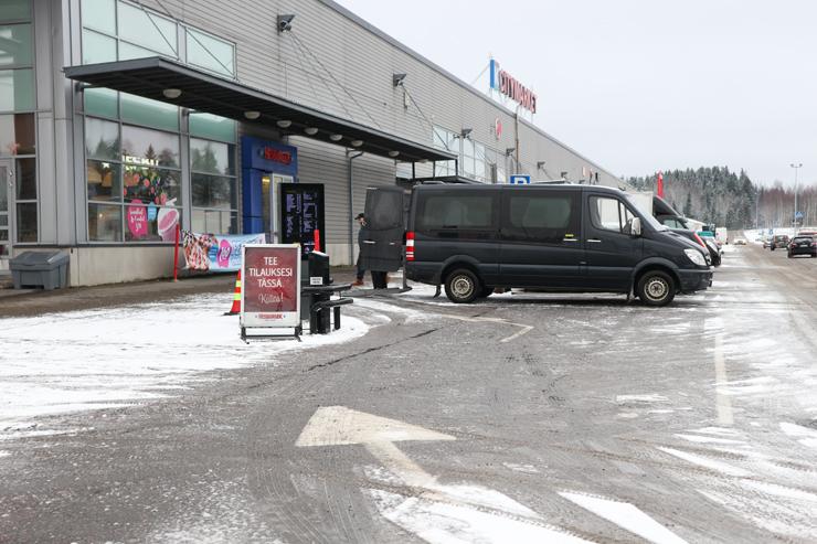 Hesburgerin drive-in-kaista, jonka läpi invataksin asiakas joutuu kulkemaan päästäkseen kauppakeskuksen pääoville