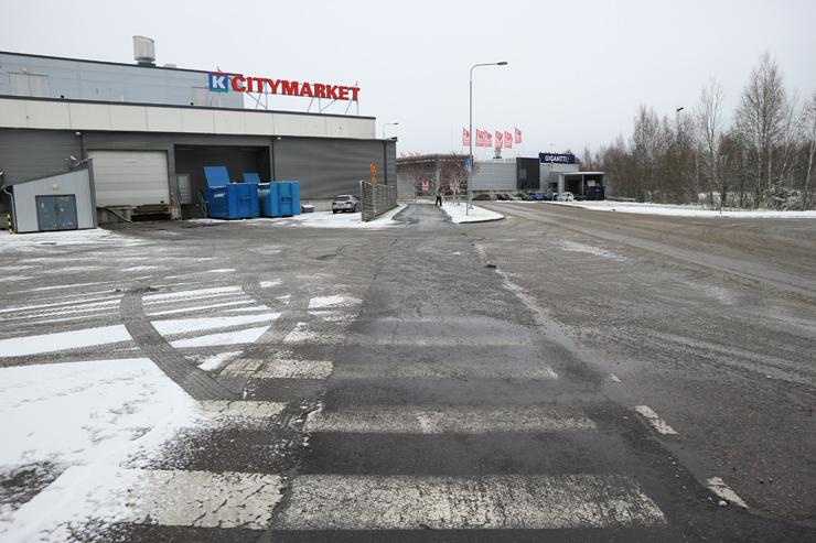 Citymarketin takana erittäin kulunut 24m pitkä suojatie