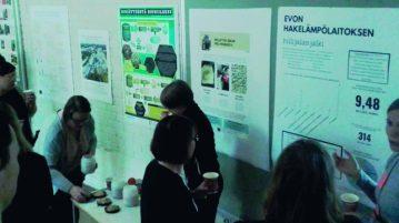 kestävän kehityksen opiskelijat esittelevät postereitaan