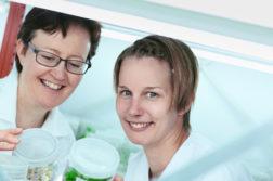 kaksi naista laboratoriossa