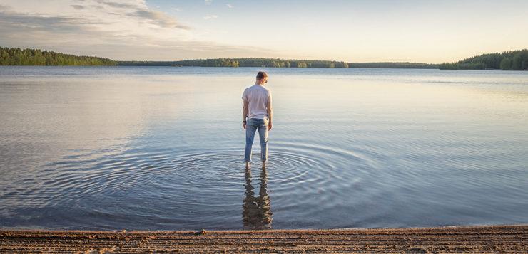 järvimaisema ihminen vedessä