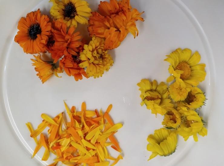keltaisia ja oransseja kukkia lautasella