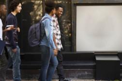 Neljä opiskelijaa kävelee kadulla.