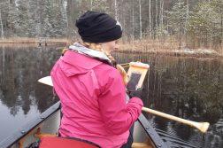 nainen kanootissa