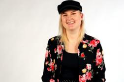 Muotoilun opiskelija Lilja Iivanainen suunnitteli pelipaidan HAMK Gaming Academylle