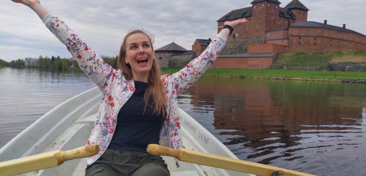 Liiketalouden opiskelija Roosa soutelemassa Hämeen linnan edustalla.