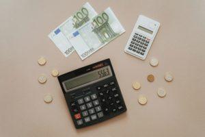 Kolikoita, sadan euron seteleitä ja kaksi taskulaskinta.