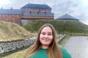 Liiketalouden opiskelija Ilona Hämeen linnan edustalla
