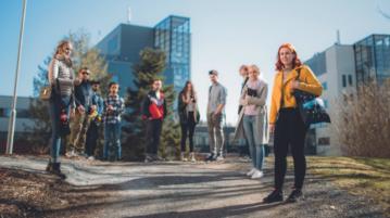 opiskelijoita ulkona Hämeenlinnan kampuksella