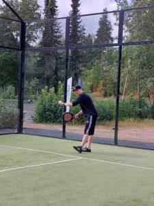 Tero pelaamassa padelia